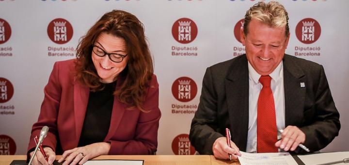 Mercè Conesa i Miquel Àngel Martínez durant la signatura del crèdit