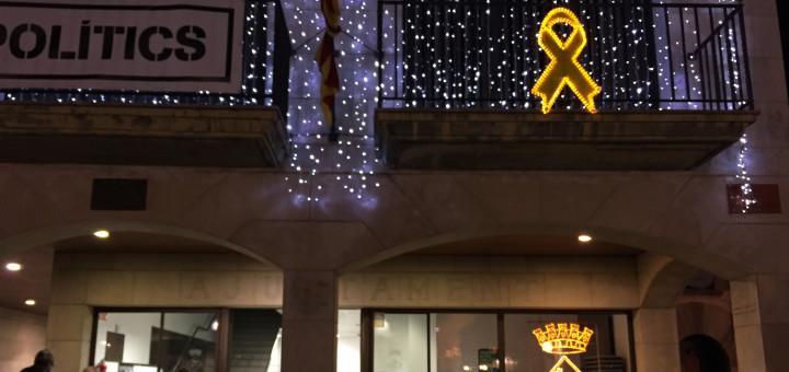 Llaç groc a la façana de l'Ajuntament