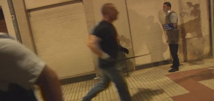 Un Guàrdia Civil de paisà amb una porra, la nit de l'1-O a Calella