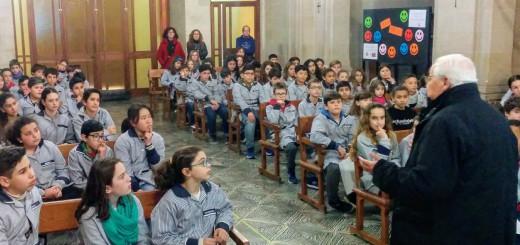 El Bisbe de Girona, Francesc Pardo, aquest matí amb alumnes de l'Escola Pia (Foto: Escola Pia)