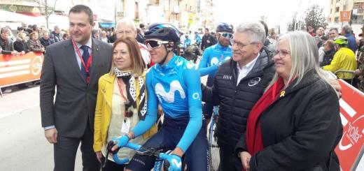 El secretari general de l'Esport, Gerard Figueras, amb l'alcaldessa de Calella i  el ciclista català del Movistar, Marc Soler, a la sortida de la Volta  (Foto: @gfigueras)