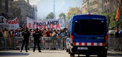 BARCELONA 27 10 2017 politica ple del parlament de catalunya  para votar la DUI declaracion unilateral de independencia en la foto manifestntes independentistas alrededor de la ciutadella foto Ferran Nadeu