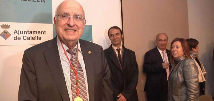 Ramón Bagó en el moment de rebre la Medalla d'Or de Calella, l'any 2012