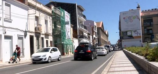 Cartell publicitari en una façana que envolta l'aparcament del Mercat