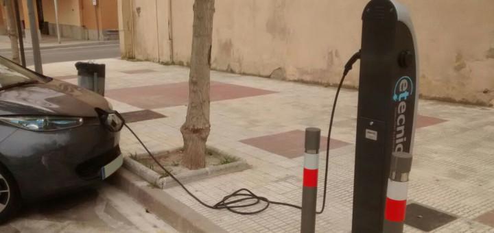 cotxe elèctric carregant