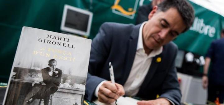 """Martí Gironell és l'autor de """"La força d'un destí"""", el llibre de ficció en català més venut del Sant Jordi (Foto: Enric Fontcuberta / EFE)"""
