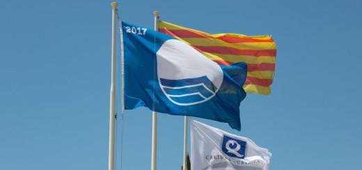 Bandera blava hissada a la platja de Garbí durant la temporada de bany del 2017