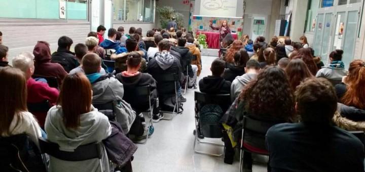 La directora de Co-emprèn, Teia Guix, en una conferència a Montcada