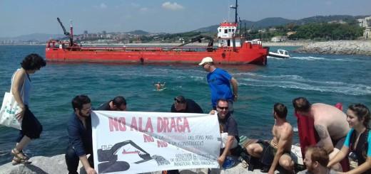 Activistes protestant contra les dragues al Masnou (FOTO: Jaume Soler)