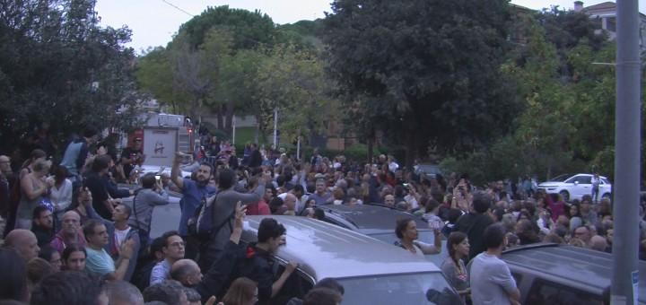 Centenars de calellencs aplegats a última hora de l'1 d'octubre a les portes de la Fàbrica Llobet-Guri