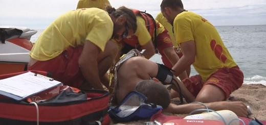 Socorristes de Calella participant en un simulacre de salvament a la platja de Garbí