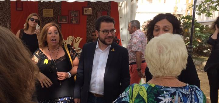 Aragonès acompanyat de l'alcaldessa Montserrat Candini i la regidora d'ERC Cristina Gómez
