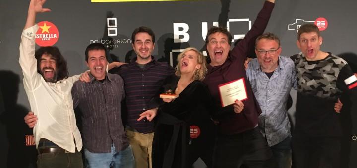 """Tot l'equip de """"La nena dels pardals"""" celebrant el premi Butaca, ahir a Sant Cugat"""