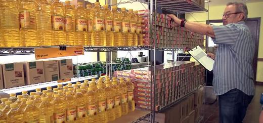 Prestatgeries plenes d'aliments a l'economat de Càritas Calella