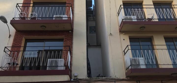 Balcons de l'Hotel Marisol, on es veuen els aparells d'aire condicionat.