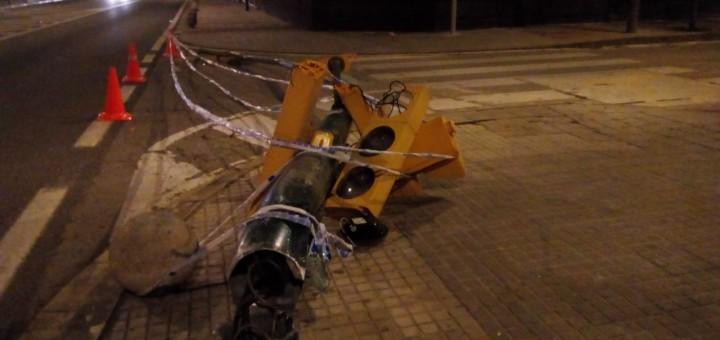 El cop del camió d'escombraries ha fet caure el semàfor.