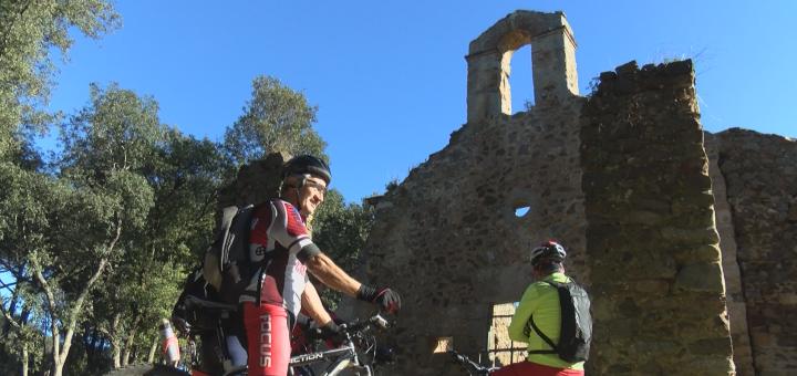 Ciclistes aturats davant l'Ermita de Sant Andreu de l'Arboceda