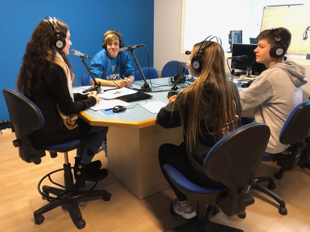 Els alumnes de 4t d'ESO de l'escola Freta als estudis de Ràdio Calella TV.