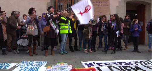 Participants a la concentració de la vaga general del 8M convocada per la comunitat feminista de Calella