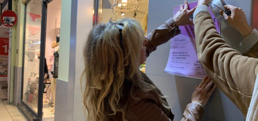 Integrants de la Comunitat Feminista enganxant cartells ahir per Calella