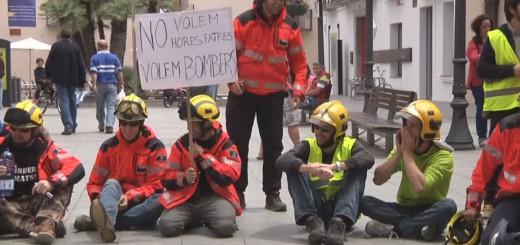 Protesta dels bombers a la Plaça de l'Ajuntament de Calella, en una imatge d'arxiu