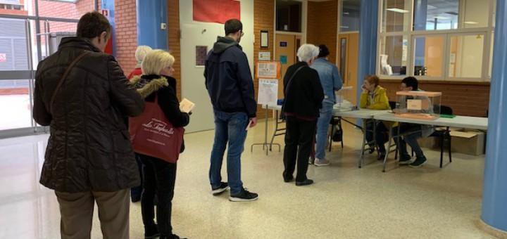 Electors fent cua per votar en una de les meses de l'Escola Freta