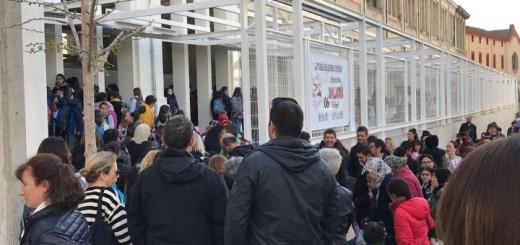 Alumnes i pares a les portes de la nova escola, el 4 d'abril del 2018