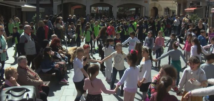 Alumnes del taller de sardanes en una ballada a la Plaça de l'Ajuntament