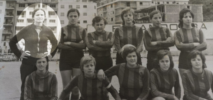 Toledo a la foto oficial d'equip amb les seves companyes del FC Barcelona