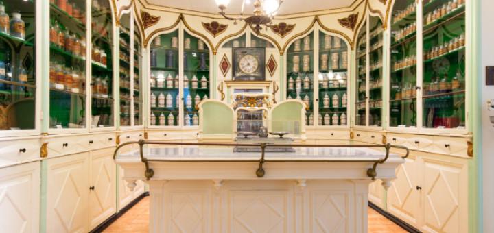 Al Museu Arxiu de Calella s'hi ubica l'antiga Farmàcia Barri, d'estil modernista.