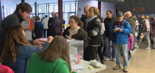 Electors, de bon matí, fent cua en una de les taules de la Fàbrica Llobet-Guri