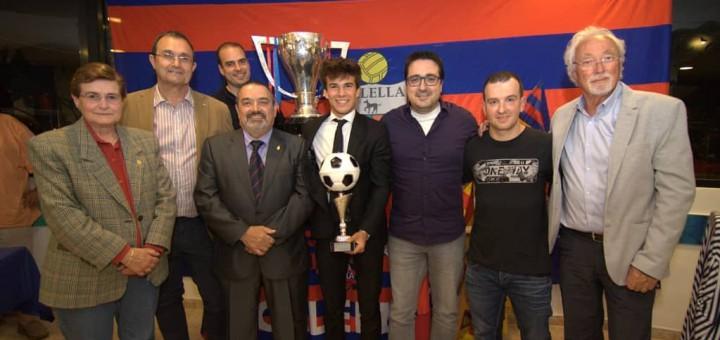 La junta directiva de la PSB de Calella amb Riqui Puig, guanyador de l'últim Memorial Mario Munt