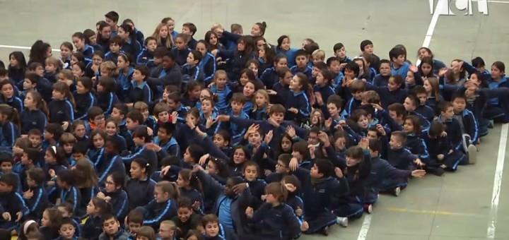 [Vídeo] Els alumnes de primària del Freta canten pel dret a l'educació dels nens i nenes de tot el món