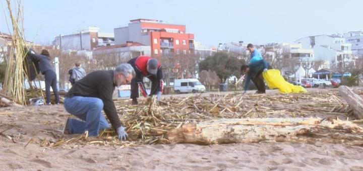 [Vídeo] Gran mobilització per netejar la platja després del temporal