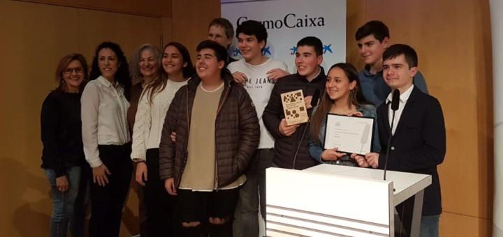 Alumnes de l'Institut Sunsi Móra de Canet de Mar recollint la menció especial als Premis Ètica i Ciència