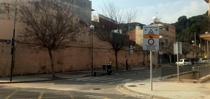 Senyal a l'encreuament d'N-II amb el carrer Sant Joan, on es col·locarà un dels semàfors