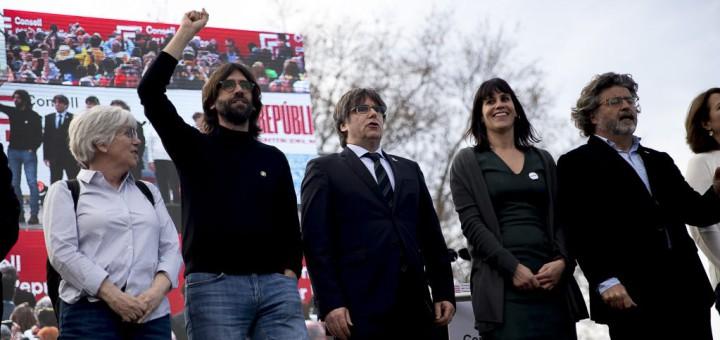 Membres del Consell de Govern, amb el president Carles Puigdemont, a la manifestació de Perpinyà
