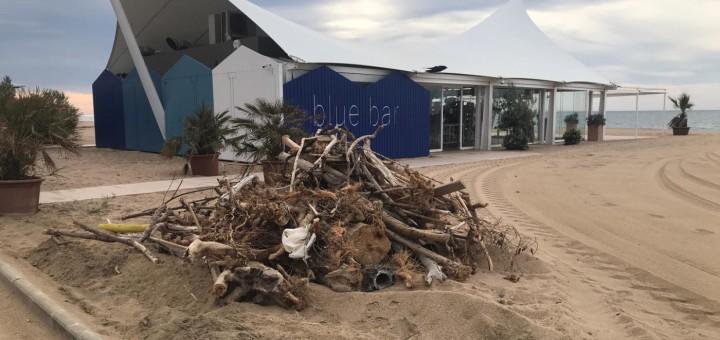 Els treballadors municipals han estat netejant la platja de Calella de les restes del temporal Gloria