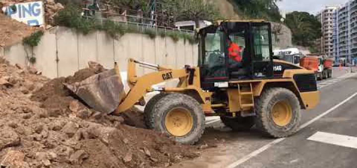 [Vídeo] Un despreniment de terra obliga a tallar la carretera N-II a l'alçada del Far