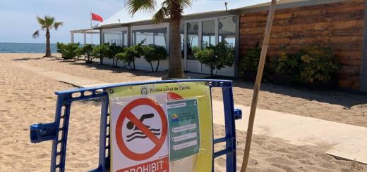 Durant l'estat d'alarma hi ha hagut senyals que indiquen la prohibició de banyar-se a la platja