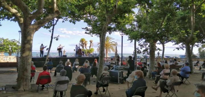Concert d'havaneres a càrrec d'Els Faroners al Passeig Manuel Puigvert, ahir a la tarda