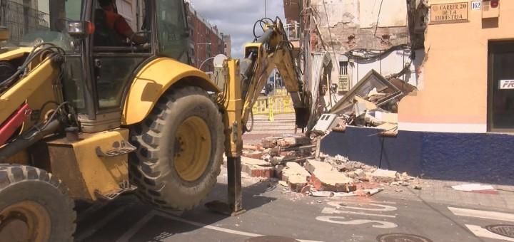 [Vídeo] Enderroquen part d'una finca del carrer Indústria amb Sant Jaume per perill estructural