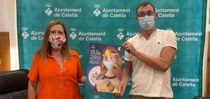 L'alcaldessa i el promotor Marcel Pla mostrant el cartell de la Festa Major del 2020, obra del calellenc Sergi Cugat