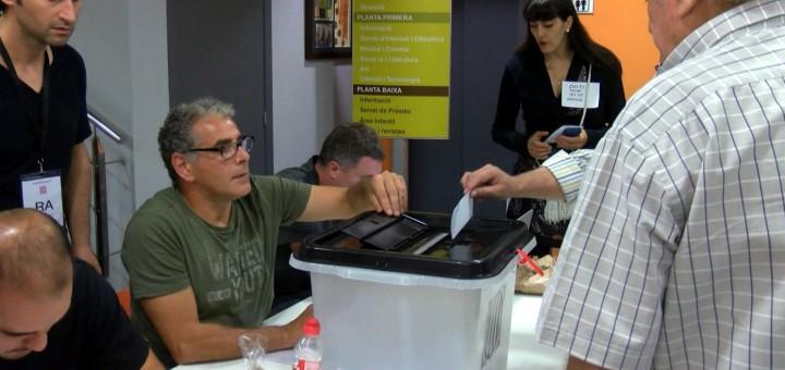 Votació de l'1 d'octubre al centre habilitat a la Biblioteca Municipal
