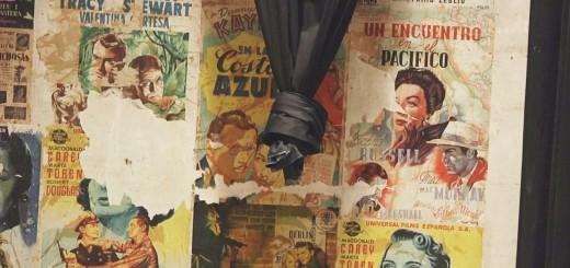 Cartells de pel·lícules antigues a la paret dels bastidors de la Sala Mozart