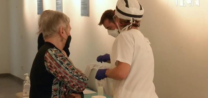[Vídeo] Comencen a posar-se les vacunes de la grip al nou punt segur de la Cooperativa l'Amistat