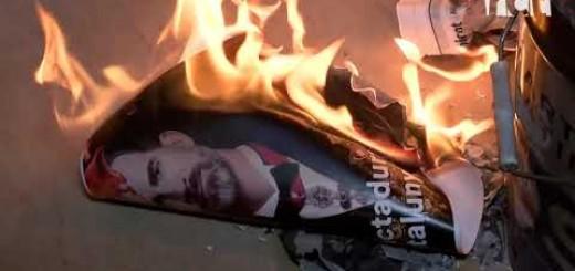 [Vídeo] El Consell Local per la República crema fotos del rei a la plaça de l'Ajuntament