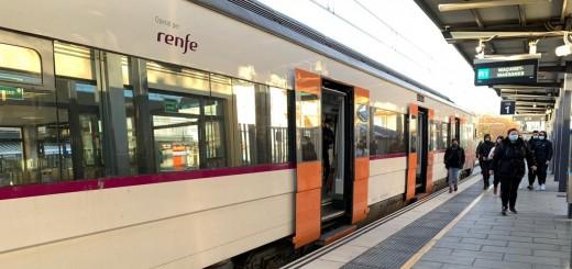 Tren amb destinació Maçanet-Massanes aturat a l'estació de Calella