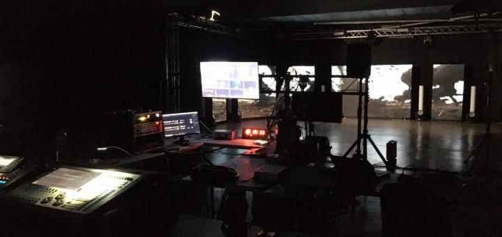 Muntatge a la sala polivalent de la Fàbrica Llobet-Guri per la festa virtual de Cap d'Any 2021