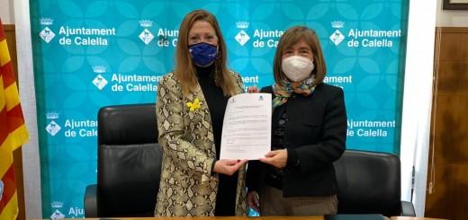 L'alcaldessa amb la presidenta de la Fundació Germanes Saula-Palomer en l'acte de signatura de l'acord sobre Can Saula.